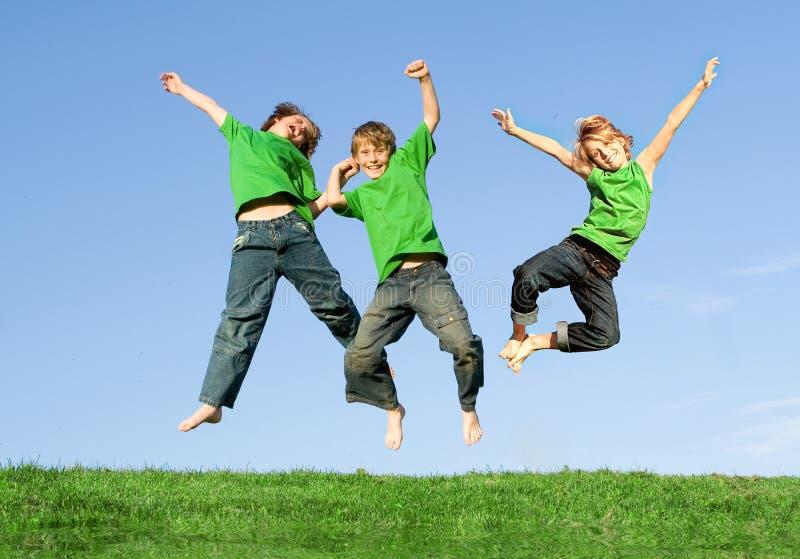 Salto de sorriso feliz dos miúdos
