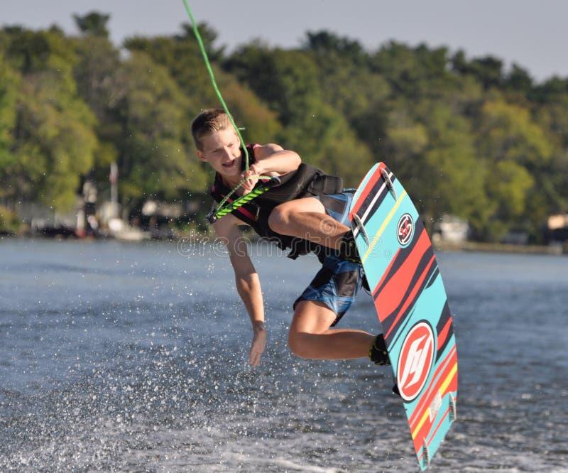 Salto de Wakeboard sobre onda imagen de archivo