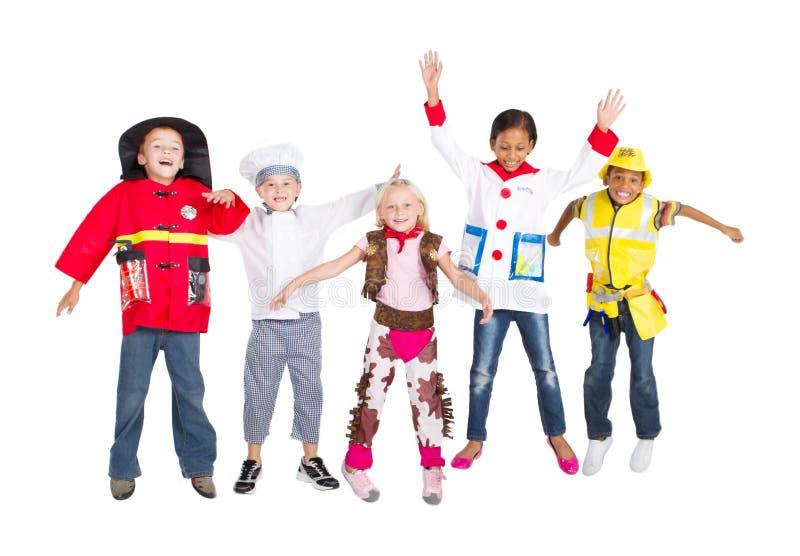 Salto dei bambini del gruppo immagine stock
