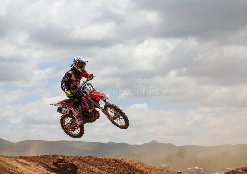 Salto del cavaliere di motocross immagini stock