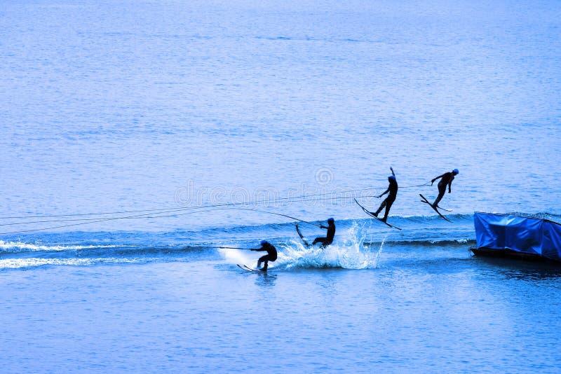 Salto del esquiador del agua fotografía de archivo