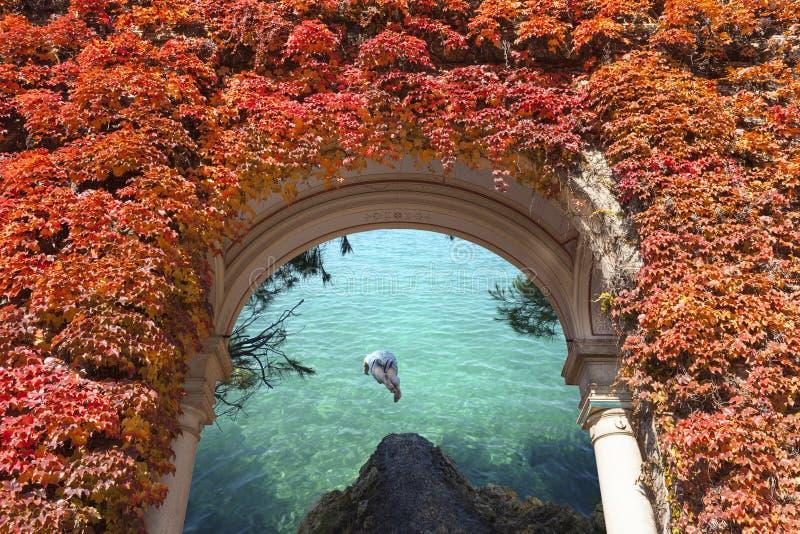 Salto del hombre en tho el mar fotos de archivo
