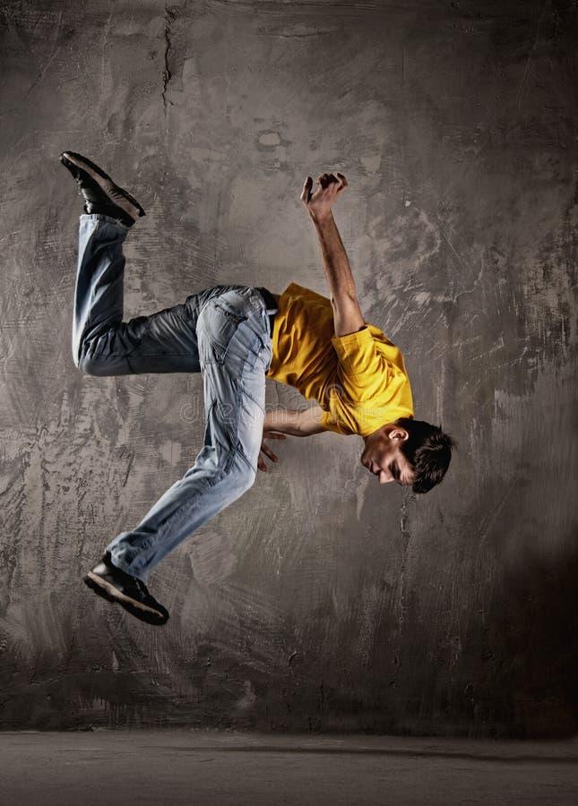Salto del hombre joven   foto de archivo