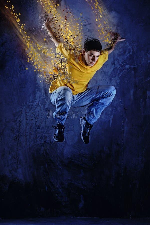 Salto del hombre joven   imagen de archivo libre de regalías