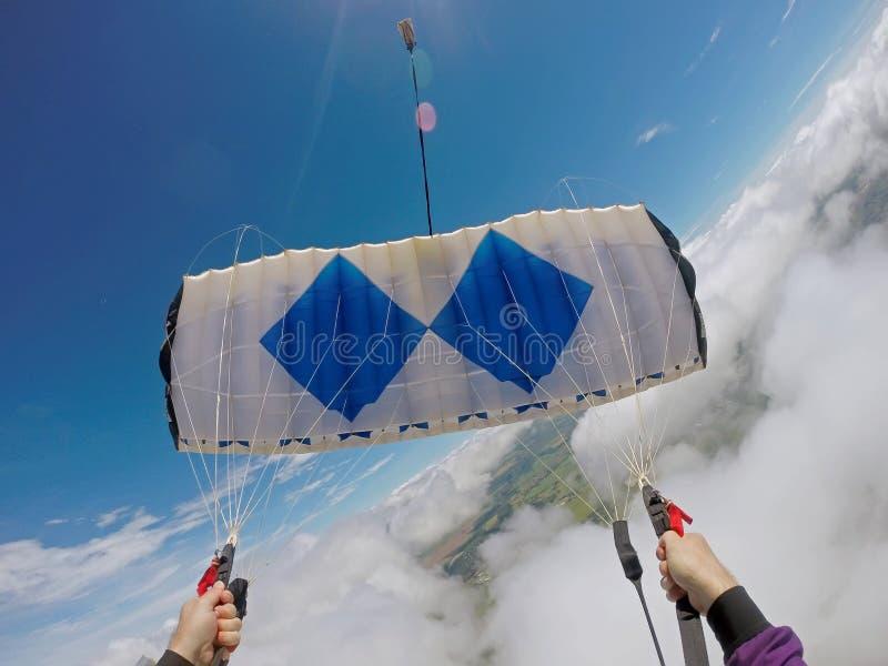 Salto del pov del paracaidista en las nubes fotografía de archivo libre de regalías