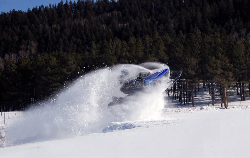 Salto del Snowmobile foto de archivo