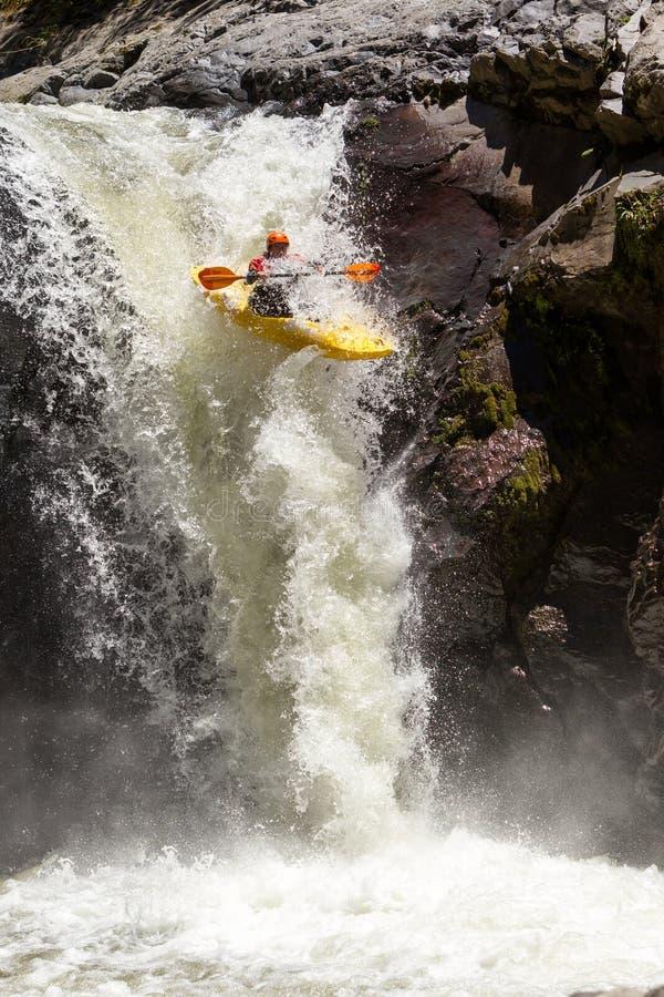Salto della cascata del kajak immagini stock