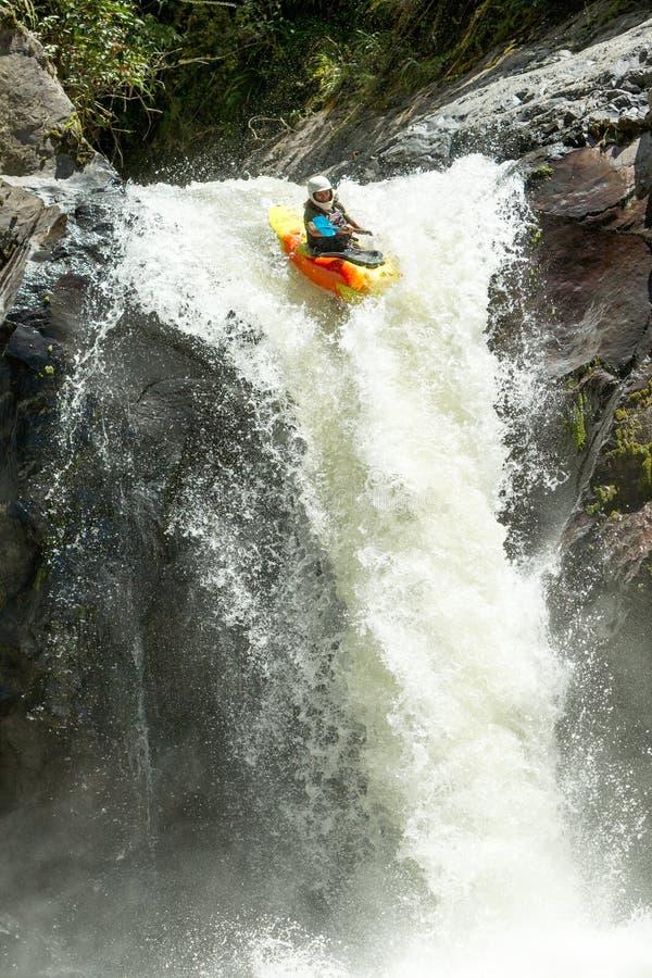 Salto della cascata del kajak fotografia stock