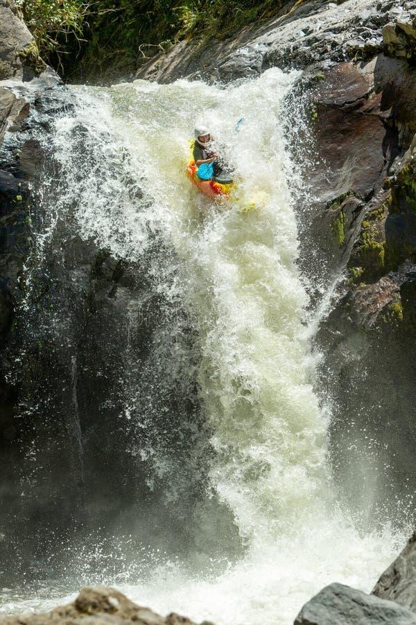 Salto della cascata del kajak fotografia stock libera da diritti