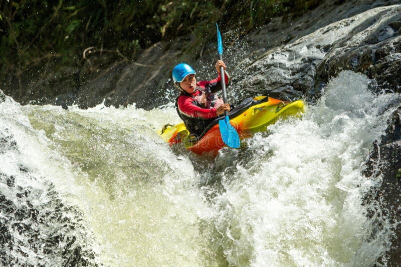 Salto della cascata del kajak fotografie stock libere da diritti