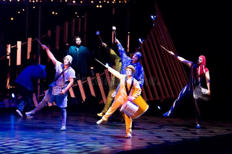 Salto della corda degli esecutori alla manifestazione 'Quidam' di Cirque du Soleil fotografie stock