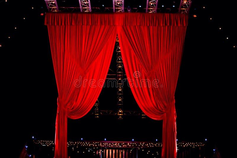 Salto della corda degli esecutori alla manifestazione 'Quidam' di Cirque du Soleil immagine stock