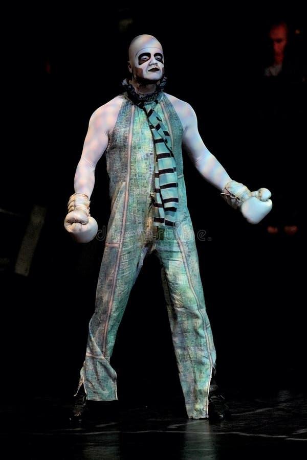 Salto della corda degli esecutori alla manifestazione 'Quidam' di Cirque du Soleil immagine stock libera da diritti