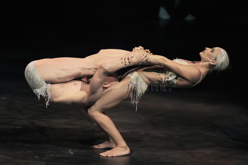 Salto della corda degli esecutori alla manifestazione 'Quidam' di Cirque du Soleil fotografia stock