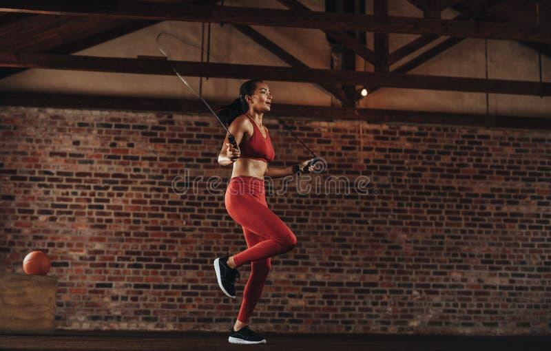 Salto della corda sano della donna alla palestra fotografia stock libera da diritti