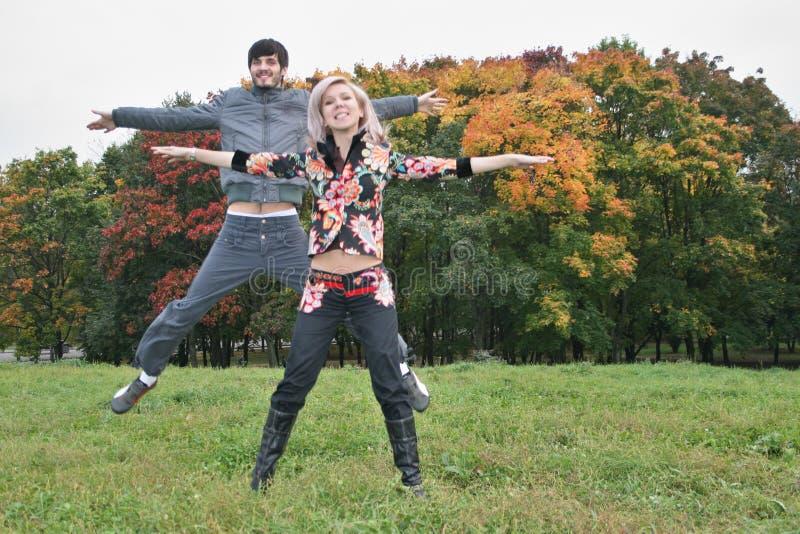Salto delle coppie di autunno fotografia stock