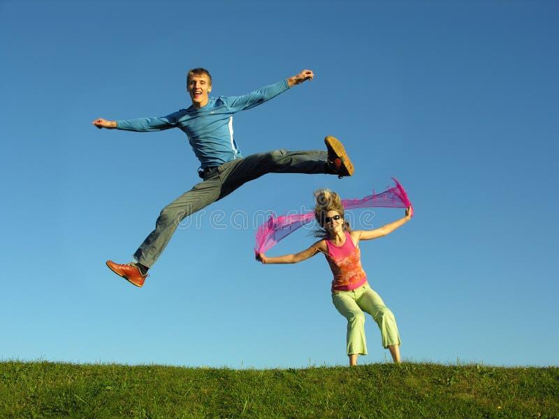 Download Salto delle coppie su erba immagine stock. Immagine di ragazza - 221203