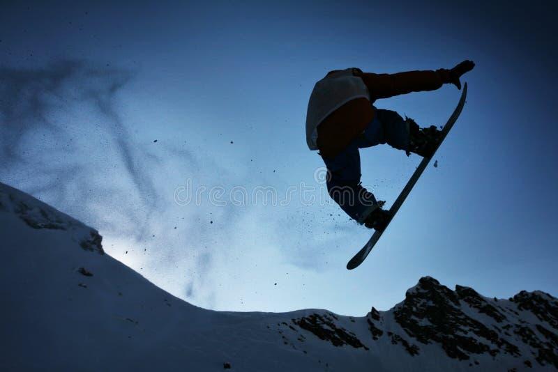 Salto dello Snowboarder della siluetta fotografia stock libera da diritti