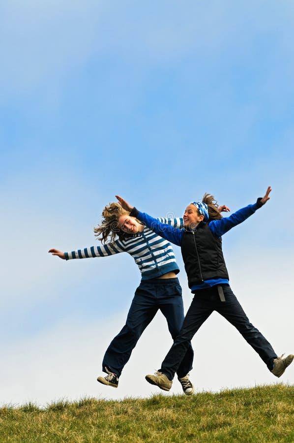 salto di gioia delle ragazze immagini stock libere da diritti