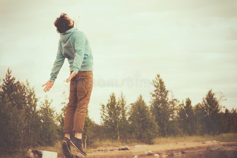 Salto di levitazione di volo del giovane all'aperto immagine stock libera da diritti