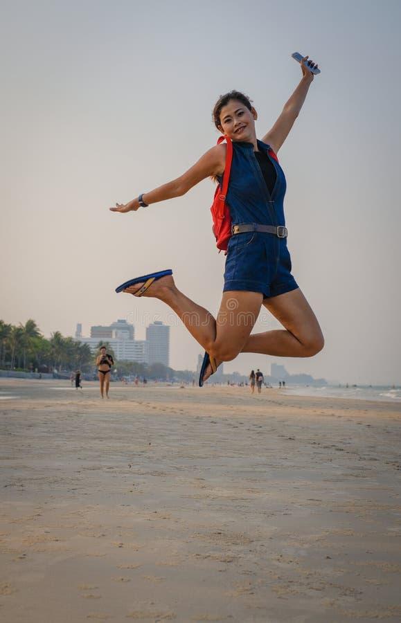 Salto di modello in aria sulla spiaggia Tailandia fotografie stock libere da diritti