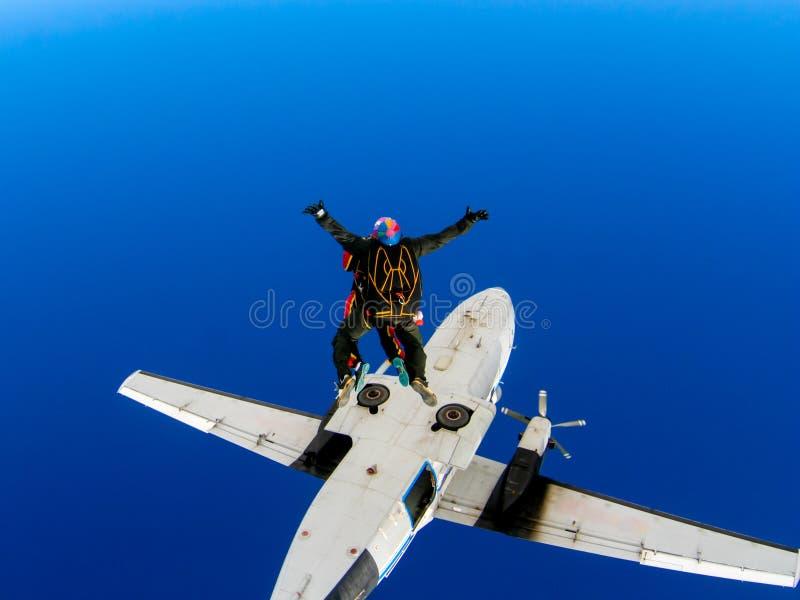 Salto di paracadute da un aeroplano con un istruttore fotografia stock