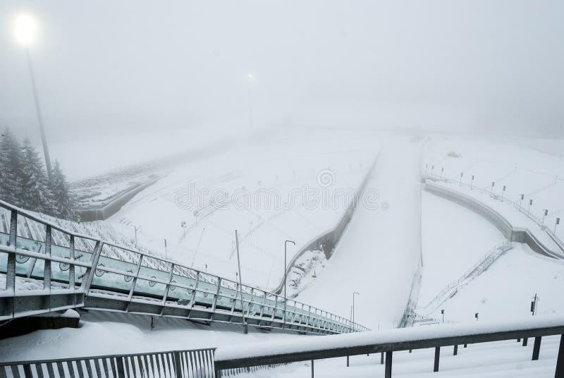 Salto di sci di Holmenkollen nel fogg, Oslo, Norvegia fotografia stock