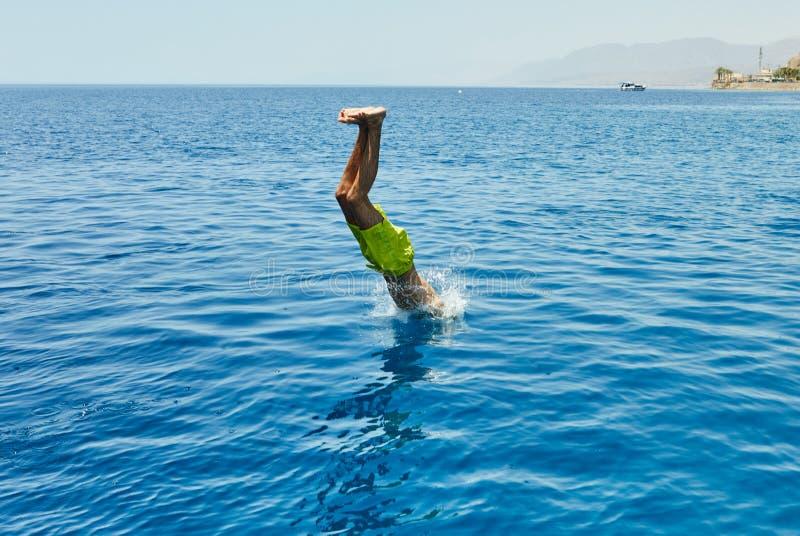 Salto do andar superior de um iate luxuoso ao Mar Vermelho fotografia de stock royalty free
