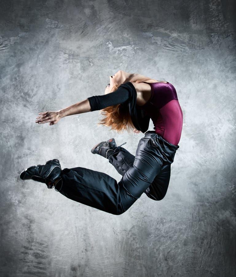 Salto do dançarino da mulher nova fotos de stock royalty free