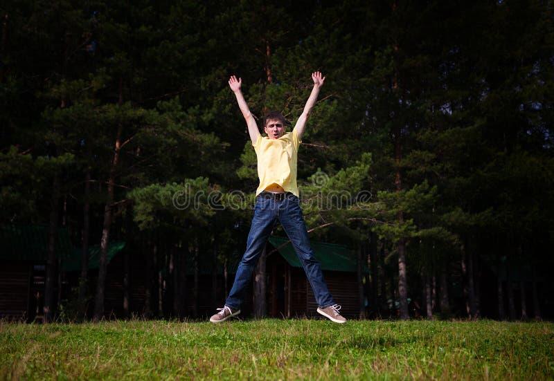 Salto do homem novo fotografia de stock
