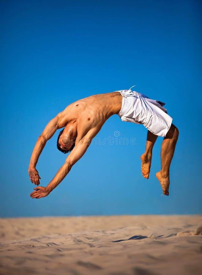 Salto do homem novo foto de stock royalty free