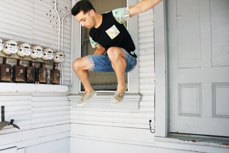 Salto do homem novo imagens de stock