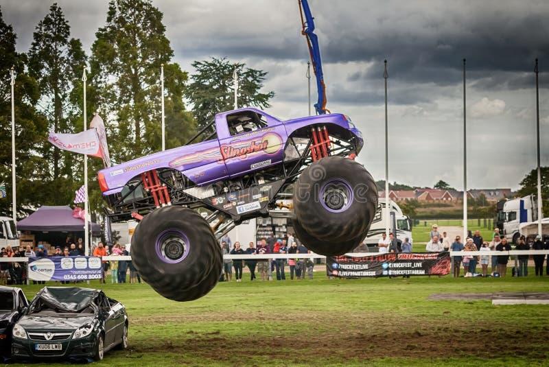 Salto do meio do ar do monster truck fotografia de stock royalty free