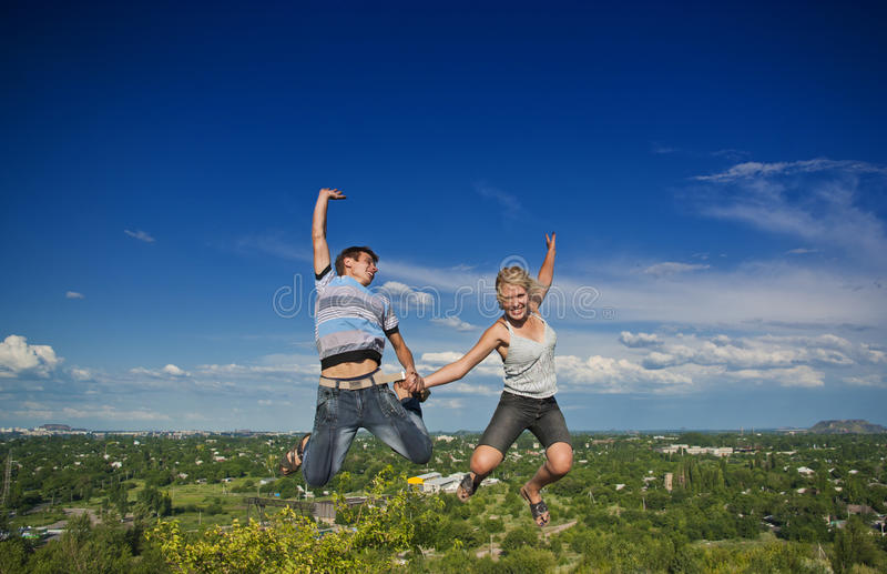Salto do menino e da menina fotografia de stock royalty free