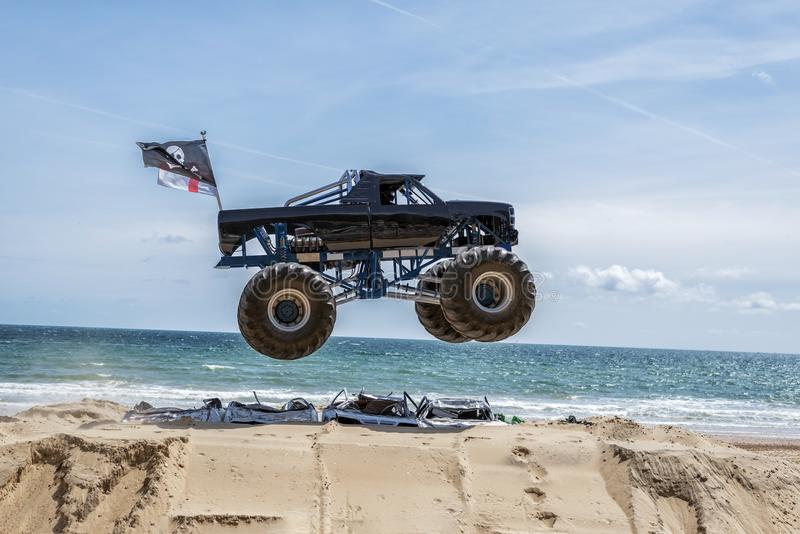 Salto do monster truck fotografia de stock