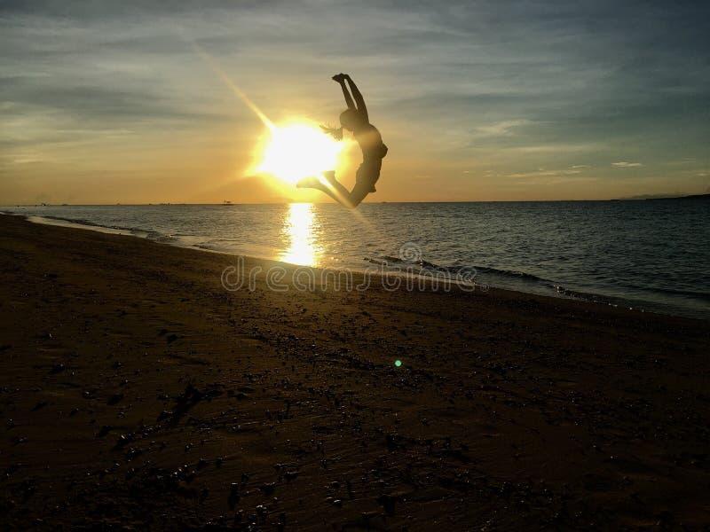 Salto do nascer do sol fotografia de stock royalty free