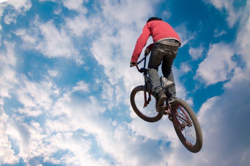 Salto elevado do cavaleiro da bicicleta imagem de stock