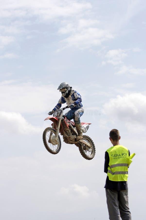 Salto elevado no velomotor fotografia de stock