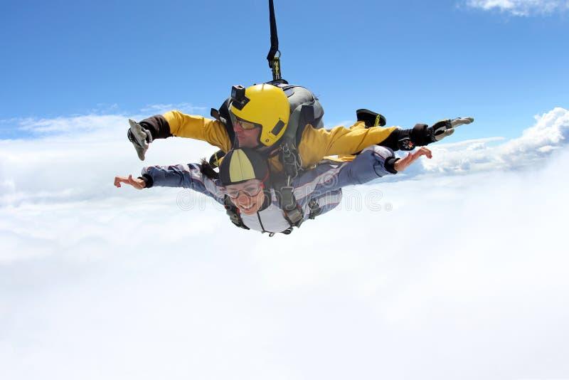 Salto em tandem Saltar em queda livre no céu azul foto de stock