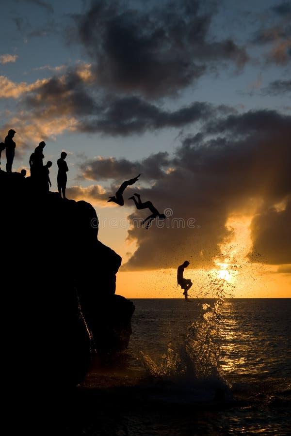Salto en la bahía de Waimea imagen de archivo