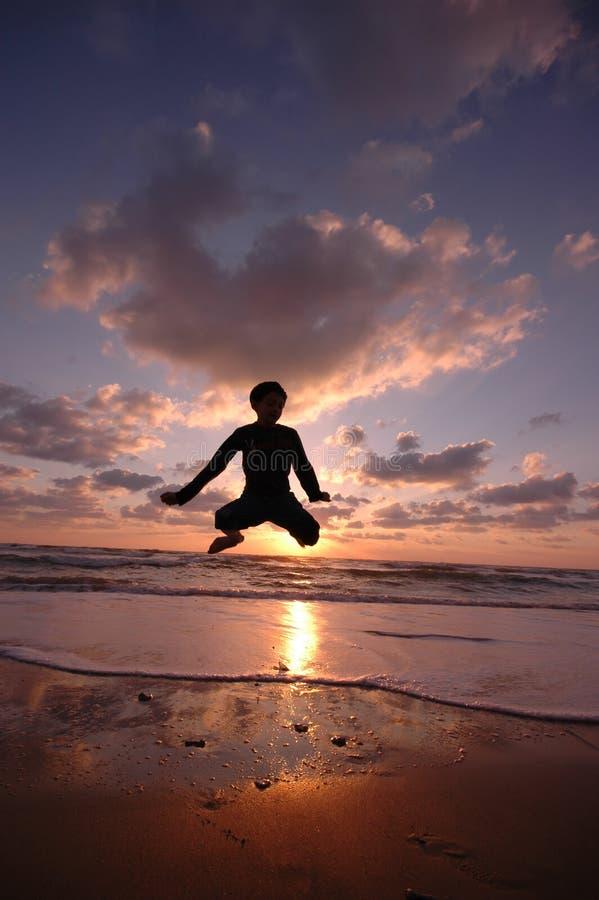 Salto en la playa imágenes de archivo libres de regalías