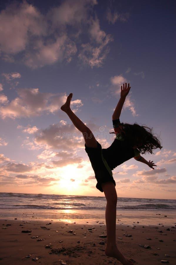 Salto en la playa fotos de archivo libres de regalías