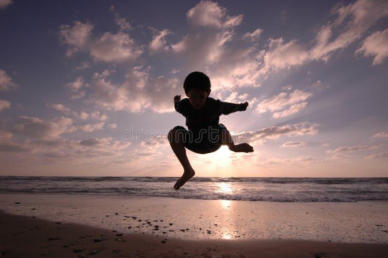 Salto en la playa foto de archivo libre de regalías