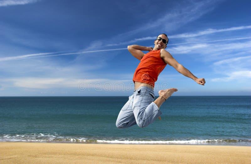 Salto en la playa foto de archivo