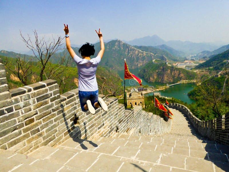 Salto en la sección de Gran Muralla de la orilla del lago de Huanghuacheng imagen de archivo
