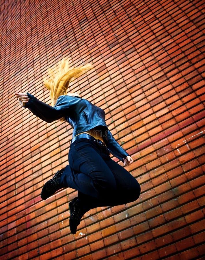 Salto energic joven de la mujer foto de archivo libre de regalías