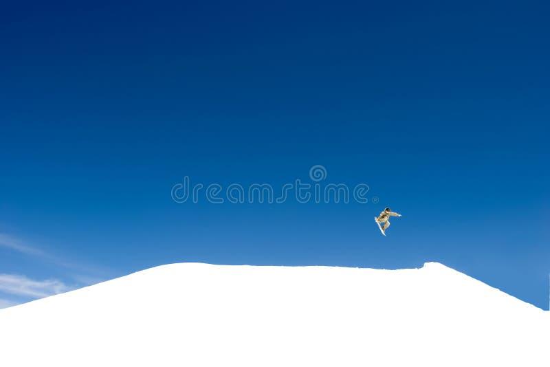 Salto enorme di snowboard sui pendii della stazione sciistica in Spagna fotografia stock libera da diritti