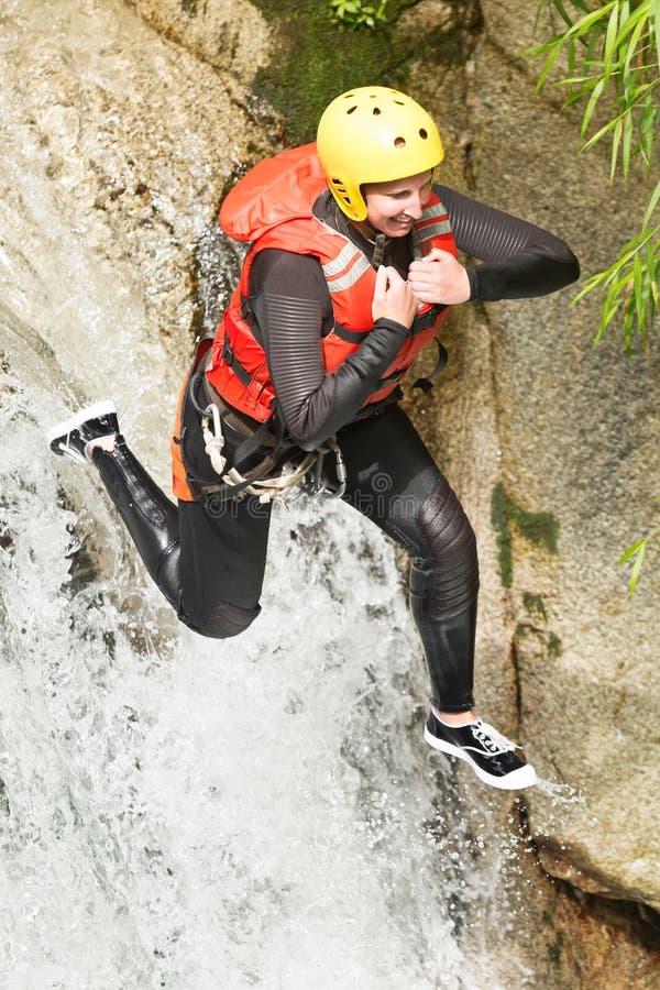 Salto estremo della cascata di canyoning fotografia stock libera da diritti