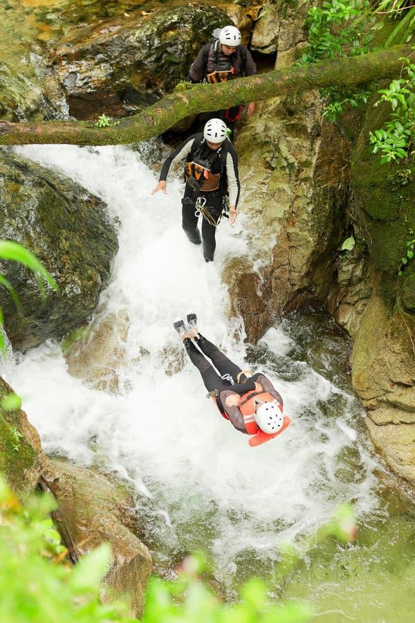 Salto estremo della cascata di canyoning immagine stock