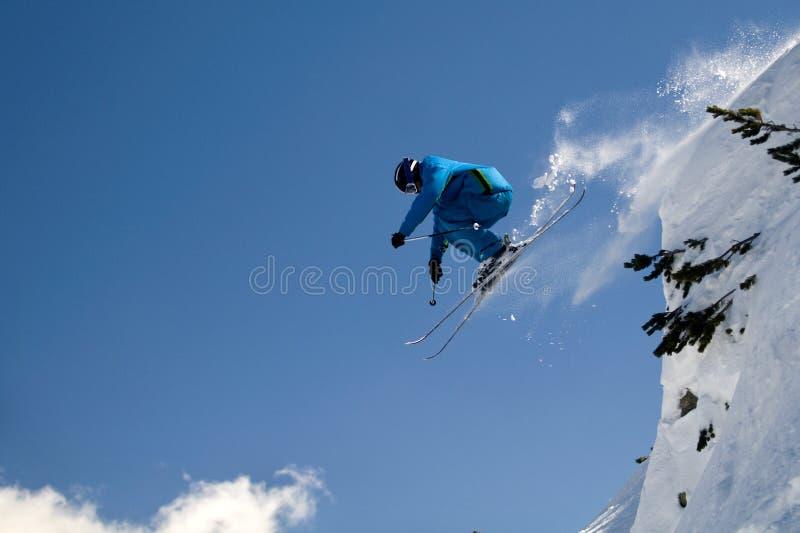 Salto extremo del esquiador imágenes de archivo libres de regalías